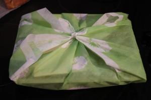 Bento emballé d'un tissu. Cet emballage s'appelle le furoshiki.